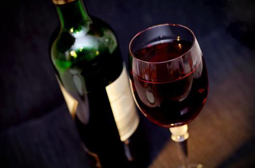 """De nombreuses personnes veulent offrir un vin. Malheureusement, il est compliqué de choisir une bonne bouteille de vin. La question de faire le mauvais choix taraude beaucoup de personnes. Voici un petit guide avec plusieurs astuces pour vous y retrouver en prenant des informations trouvées sur ce site https://www.cavissima.com/achat-vin/. [image] Nos astuces pour ne plus faire d'erreur lors du choix d'une bouteille de vin Les astuces sont celles qui résultent de notre expérience en tant que caviste. Nous les partageons avec nos proches, et nous avons envie de les partager avec vous. Rien ne sert de faire les faux passionnés de vin. Si vous souhaitez avoir une cave à vin, il est important de choisir les bons vins. Ce sont ces vins qui vont vous permettre de vous mettre en position de force lorsque vous les présenterez à vos proches. Souvent, lorsque vous entassez les vins sans réellement connaître le potentiel de vieillissement de ces vins, alors il est trop tard pour boire ces vins. Renseignez-vous sur certains vins qui peuvent avoir un potentiel de vieillissement très fort. Des domaines fabriquent des vins qui peuvent, très facilement, atteindre les 10 ans sans être effrayé ! Et il sera toujours aussi bon. Le millésime est un indicateur. Mais ce n'est pas lui qui fera le choix d'un bon vin ou pas. Pour cela, il faut se référer cet indicateur pour savoir si le potentiel de vieillissement du vin est bon. Si vous avez une année qui n'est pas reconnue pour être une belle année, alors vous aurez l'avantage de pouvoir le boire plus vite, et ainsi de le déguster. Il sera tout aussi bon ! Afin de vérifier si un vin est bon, vous allez très régulièrement le goûter. A vous de voir si vous souhaitez attendre. Ou pas, parce que vous le trouvez bon. Mais qu'il pourrait être encore plus bon ! Le vin s'achète rarement en supermarché, même dans les espaces """"cave"""". Avant d'acheter un vin, notamment dans des packs ou des cartons qui vont vous proposer des remises, alors prenez le t"""